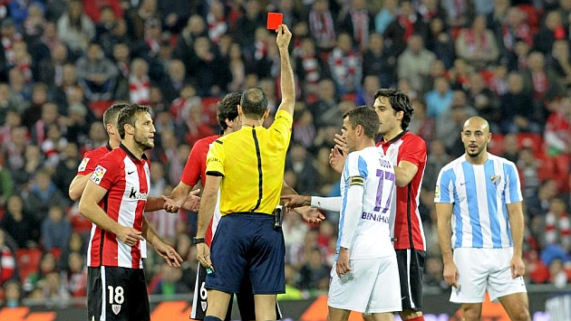 Expulsión de San José en el Athletic-Málaga. Foto: Juan Echeverria (MARCA).