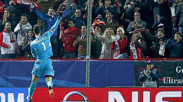 Sergio Rico celebra con la afición el gol de Llorente a la Juventus. RAMÓN NAVARRO