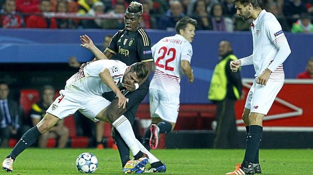 Krychowiak lucha por un balón con Pogba. RAMÓN NAVARRO