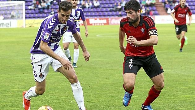 Juan Villar conduce el balón frente a Kijera en el partido ante el Mirandés