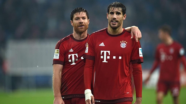 Xabi Alonso y Javi Martínez vistiendo la elástica del Bayern de Munich