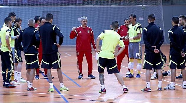José Venancio López da instrucciones a los jugadores españoles en Alcalá.