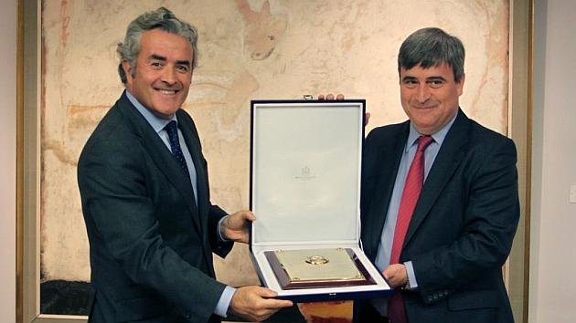 Iñaki Ereño, a la izquierda, recibe el galardón de manos de Cardenal.