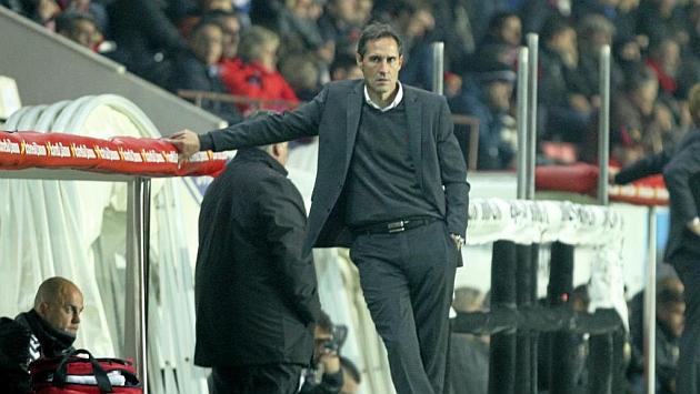 Vicente Moreno, apoyado en el banquillo del Nou Estadi durante el partido ante el Almería, en el que fue expulsado