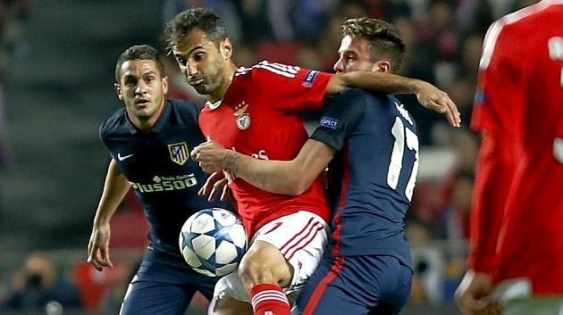 Saúl y Koke, durante un lance con Jonas en el partido del martes contra el Benfica.
