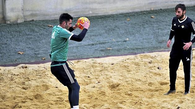 Antonio Adán se ejercita sobre la arena. Foto: Kiko Hurtado (MARCA).