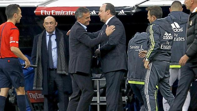 Escribá saluda a Benítez tras ser derrotado por el Madrid 4-1.