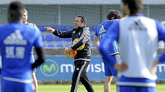 Eusebio da instrucciones a sus jugadores en un entrenamiento de la Real Sociedad.