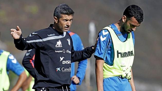Martí dialoga con Ricardo León durante una sesión de entrenamiento.