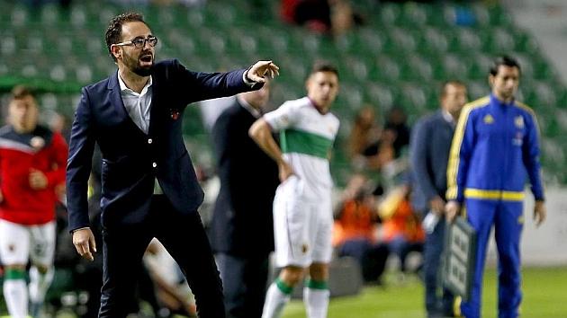 Pepe Bordalás da instrucciones a sus jugadores desde la banda del Martínez Valero