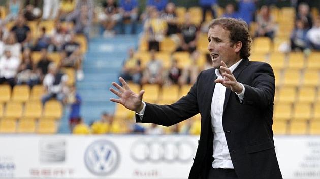 Jaboga Arrasate hace gestos a sus jugadores en la banda de Santo Domingo