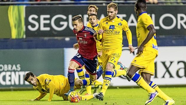 Alex Berenguer, rodeado de jugadores del Alcorcón en el último partido en El Sadar