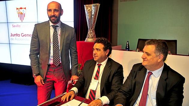 Monchi, junto a Ramón Somalo y Juan Luis Villanueva, en la Junta. KIKO HURTADO