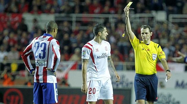 Clos Gómez muestra una amarilla en un Sevilla-Atlético. RAMÓN NAVARRO