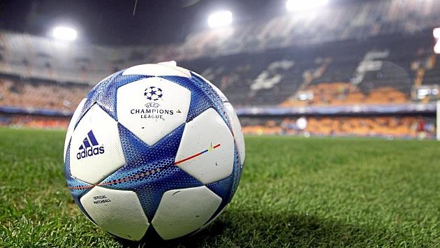 Un balón de la Champions el pasado miércoles en Mestalla.