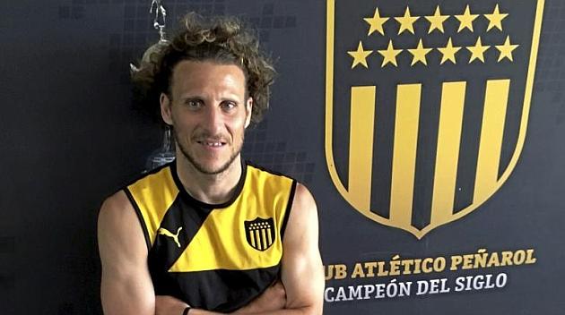 Forlán posa para MARCA en las instalaciones de Peñarol.