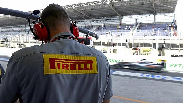Un técnico de Pirelli trabajando en el pit lane de Brasil (RV RACING PRESS)