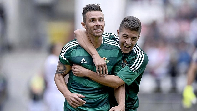 Rubén Castro celebra un gol esta temporada junto a Portillo | Foto: Juan Aguado