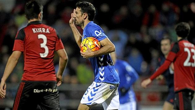 Toché, con el balón tras marcar el primer gol, resultó decisivo con sus dos tantos para el Oviedo