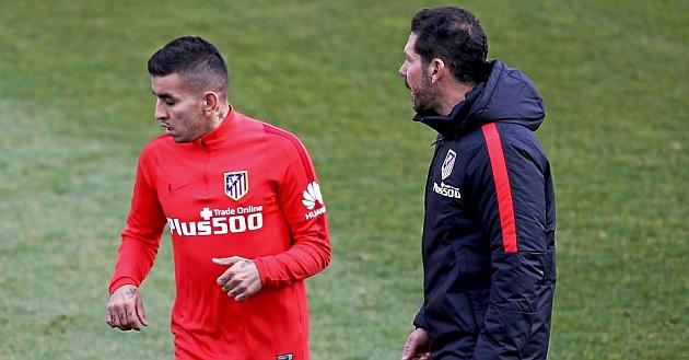 Correa pasa por delante del Cholo en un entrenamiento del Atlético. Foto: Ángel Rivero (MARCA).