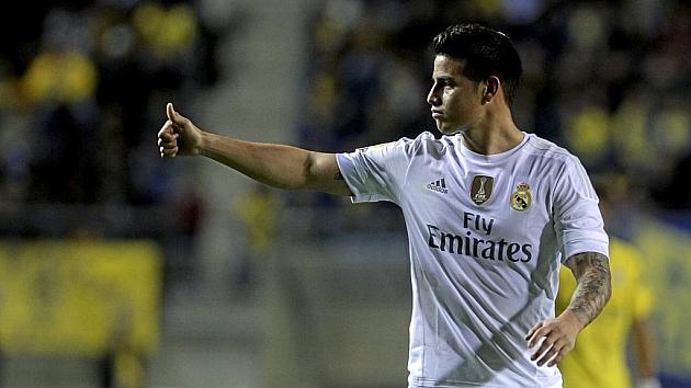 James Rodríguez hace un gesto con el pulgar en el partido ante el Cádiz. Foto: Cristina Quicler (AFP).