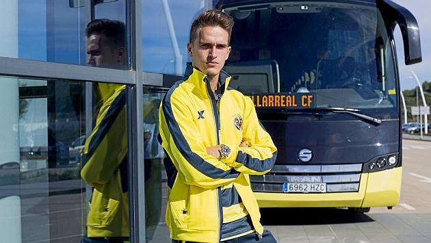 Denis Suárez posa junto al autobús del Villarreal. Foto: Pau Bellido (MARCA).