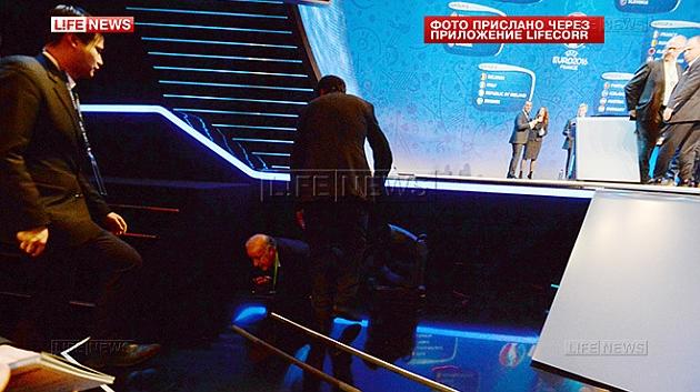 Vicente del Bosque, en el suelo tras caerse del escenario.