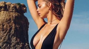 La sensualidad de Elizabeth Turner sobre la arena