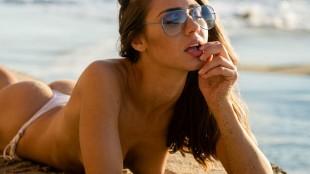 Bryn Fabbri da la bienvenida al verano en topless