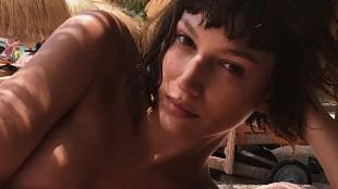 El sugerente posado de Úrsula Corberó en 'topless'