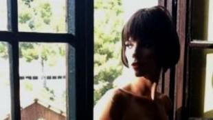 Maribel Verdú despide el verano con un topless en la piscina
