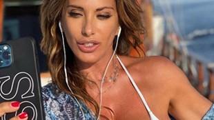 El verano más tórrido de Sabrina Salerno: reina del bikini con 53 años