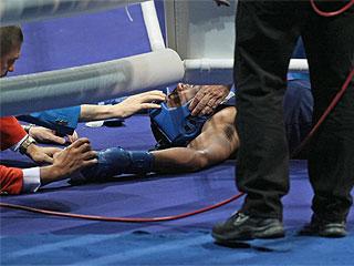 El boxeador samoano Farani Tavui, en el momento de besar la lona (AFP)