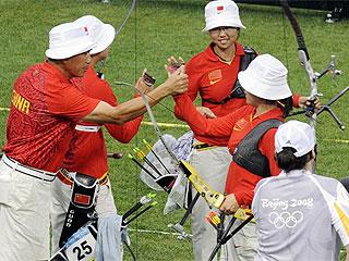La selección coreana celebra su triunfo en tiro con arco (Foto:AFP)