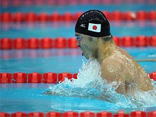 Kosuke Kitajima nada a braza