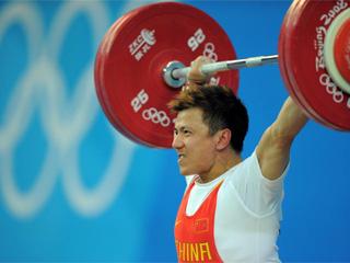 El haltera chino Zhang Xiangxiang se proclamó campeón olímpico (Foto: AFP)