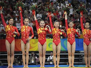 El equipo femenino chino de gimnasia en lo m�s alto del podio (AFP)