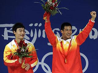 Feng Wang y Kai Qin celebran el cuarto oro de China en saltos (Foto: AFP)
