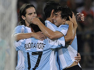 Los jugadores de argentina celebran uno de los tantos ante Serbia (Foto: AFP)