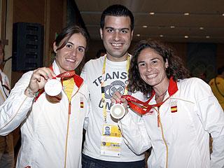 Vivi Ruano y Anabel Medina posan con sus medallas de plata junto a David Menayo, enviado especial a Pekín de MARCA.com.