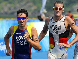 Gómez Noya en plena lucha con Jan Frodeno (Foto: AFP)