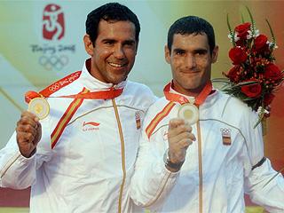 Los dos regatistas españoles muestran sus medallas (Foto: AFP)