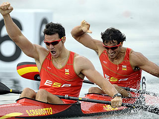 Saúl Craviotto y Carlos Pérez, eufóricos con su triunfo. (FOTO: AFP)