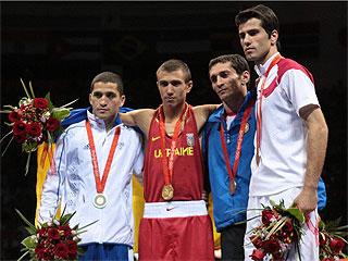 Los integrantes del podio del peso pluma. (FOTO: AFP)