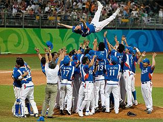 Los jugadores de Corea mantean a su entrenador (AFP)