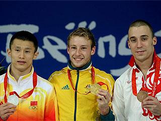 Los tres medallistas posan con las preseas (AFP)