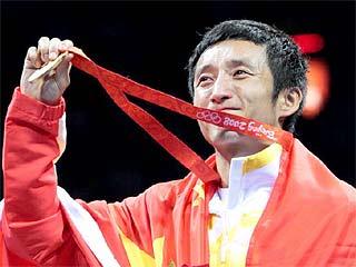 El chino Shiming Zou celebra su oro olímpico ( Foto: AFP)