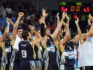 Los jugadores argentinos celebran la victoria ante Lituania, que supuso la medalla de bronce. Foto: AFP