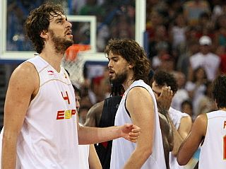 Los jugadores norteamericanos y los españoles se saludan, con Pau en primer plano (Foto: AFP)