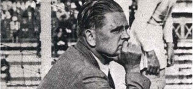 El entrenador italiano Vittorino Pozzo observa un partido. FOTO: FIFA.com